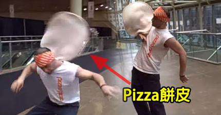 很多人去這家店不是去吃Pizza,而是看這個男子做Pizza!