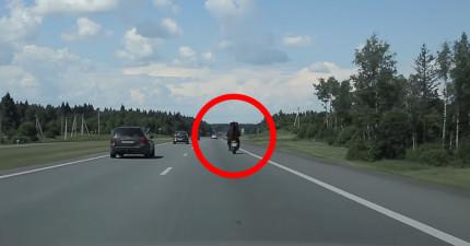 他們在俄羅斯路上發現一個不尋常的機車騎士背影,上前一看對方轉頭差點沒把他們嚇死!