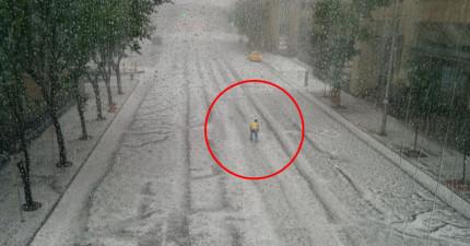 明明正在下冰雹這名男子還冒險衝到路中間,原因卻讓網友們都心生崇拜...