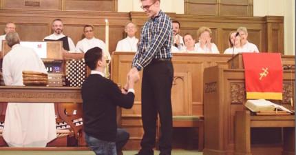 這對同志情侶突然在教會上演「求婚告白」,而你完全想不到台下的人會是這樣的反應。