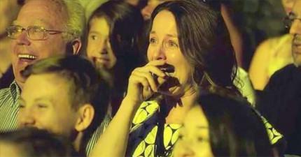 她怎麼等都等不到老公一起來看女兒上台跳舞,結果她就看到了最感人的驚喜!