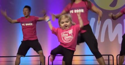 當這個小妹妹上台時,所有觀眾都只能看著她!注意她的腳!