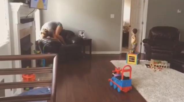 這位玩躲貓貓的小弟弟超苦惱都找不到媽媽,你快點來幫幫他啦!