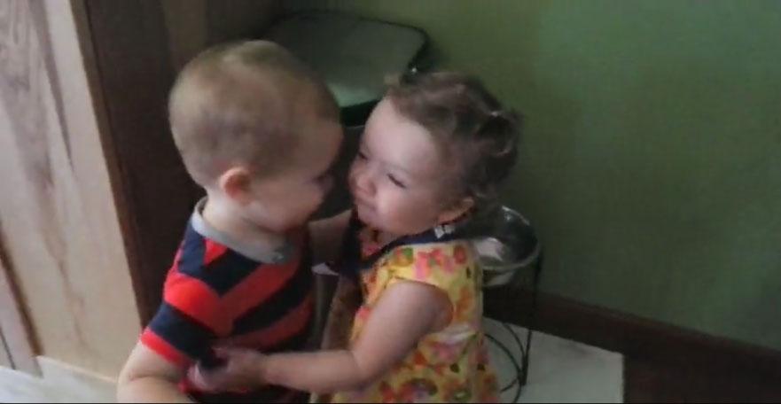 小男生抱女生