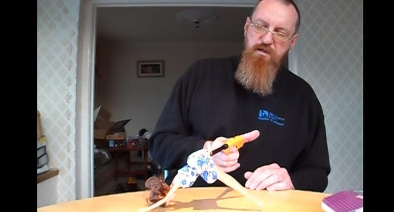 他買了這個不尋常的洋娃娃,然後「按照說明書指示」把它彎成這樣後然後點火...OMG!