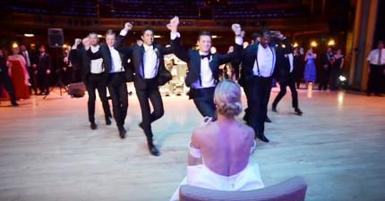 這位新郎在婚禮上的「超精采求愛熱舞」,可能會讓男士們不知道該怎麼籌備自己的婚禮...