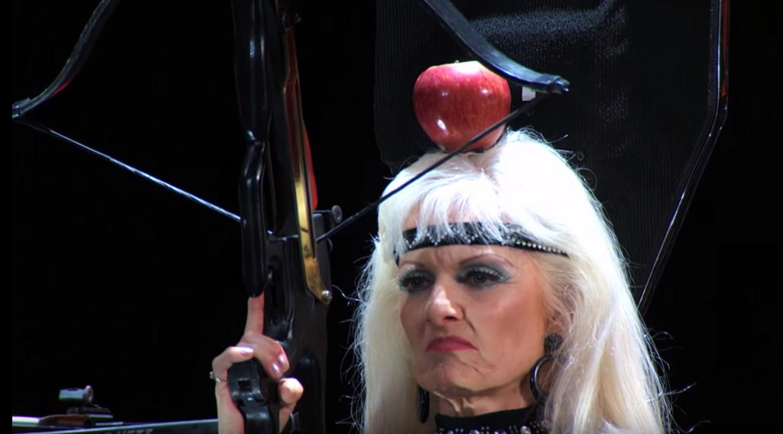 看這位奶奶怎麼用十字弓射穿自己頭上的蘋果,所有評審的心臟都要跳到喉嚨了。