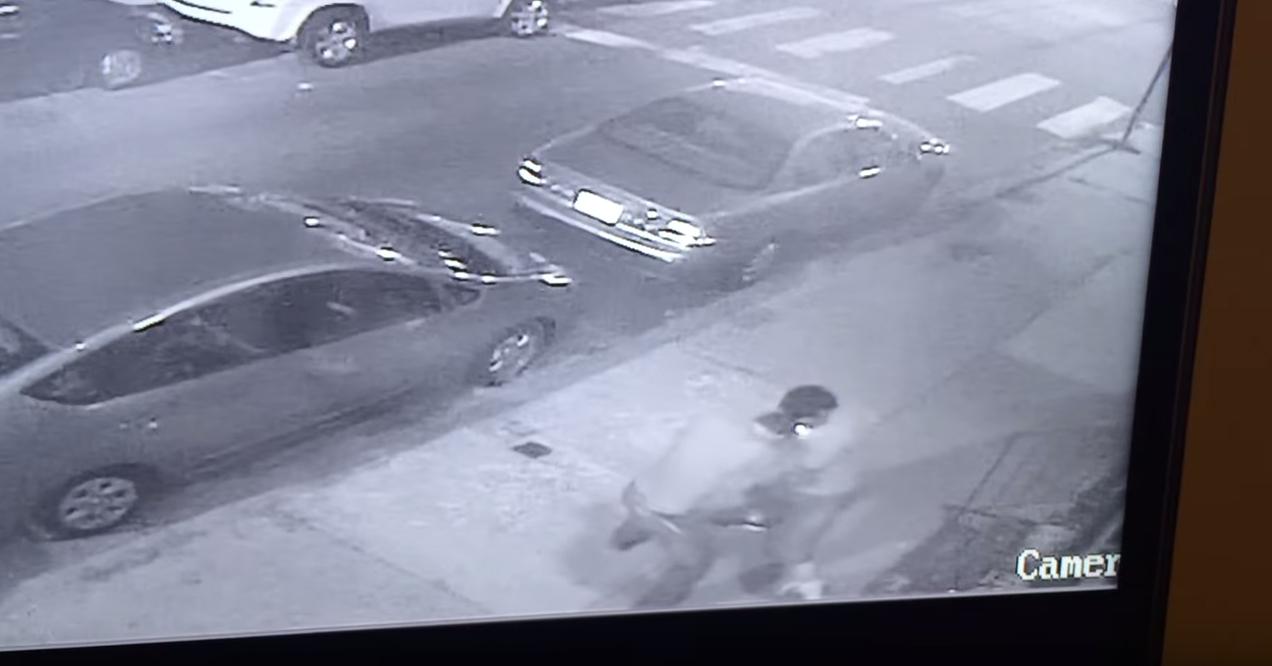 監視器拍下兩名壯漢在街頭瘋狂互毆,但打到最後...結局卻讓所有人閃瞎了?!