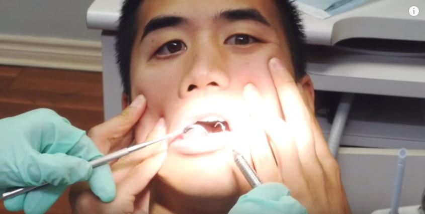 這個男生就算在牙醫被看診時都能唱出會「讓你感覺臉快沒有感覺」的動人歌曲!