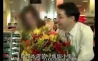 當這間荷蘭百貨公司終於抓到了「第一萬個小偷」,他們居然全都衝出來恭喜她還送花呢!