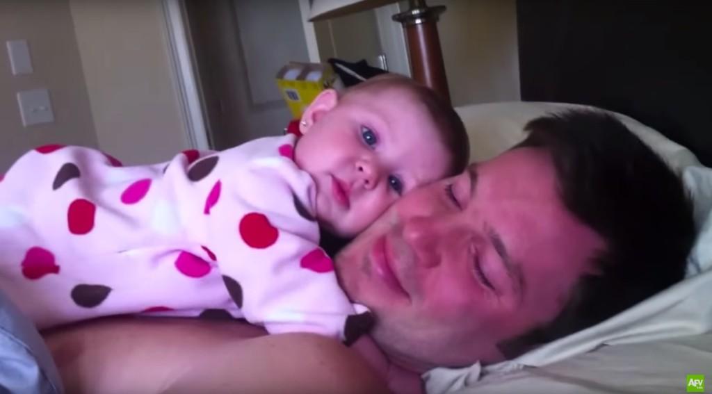 這名小女嬰只要一聽到老爸「彈手指」,就會做出讓所有父母羨慕不已的超可愛舉動!