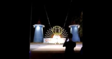 他們準備體驗這個「世界最可怕遊樂設施」,但彈上去之後卻讓圍觀民眾都嚇到尖叫了...