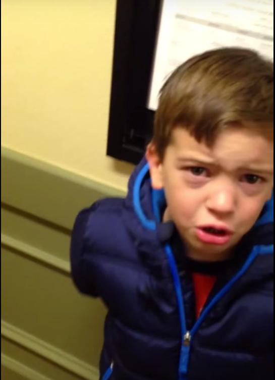 這個爸爸到底穿了多「可怕」的毛衣,才讓兒子哭著不讓他一起到學校?!