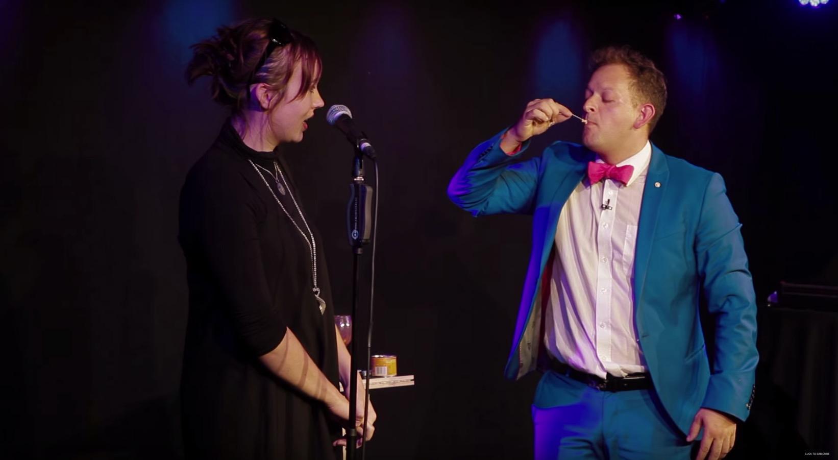 魔術師找女友上台協助表演,但當看見他「從嘴裡拉出的東西 (不是戒指)」就馬上淚崩了!