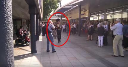 當民眾看到行進樂團領隊後面跟著誰時,都被萌翻馬上拿手機出來拍!