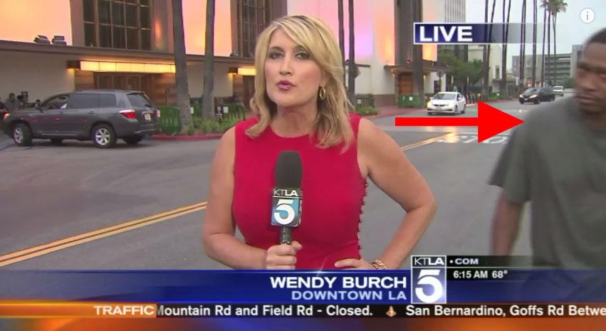 右邊這老兄以為亂入會很好笑,結果女記者完全被嚇到差點往生!