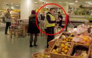這些人原本以為今天又是平凡地逛超市,但這位警衛一開口就讓所有人永生難忘了!
