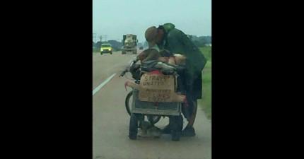 路人看到一個遊民拉著一個大拖車,當看到裡面裝的東西後,整個感動到馬上把照片上傳!