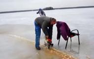 在他們用電鋸把結冰湖面切成一個大圓圈後,就立刻變成會讓你爆愛的遊樂設施!