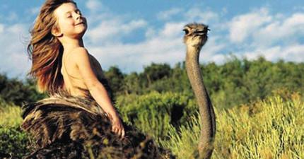 這個小女生從小就在非洲跟野生動物一起長大,她這一系列的生活照已經轟動了全世界!