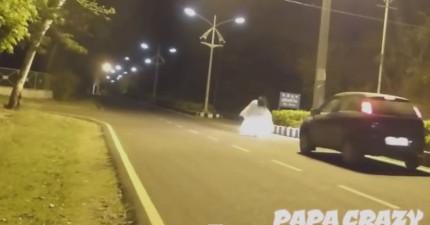 如果不想要被車撞到躺在地上流血尖叫,最好不要扮鬼在路上惡整人。