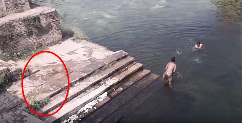 影片中只是幾個小朋友在玩水,但在1:00的時候...可能會讓你相信鬼真的存在!
