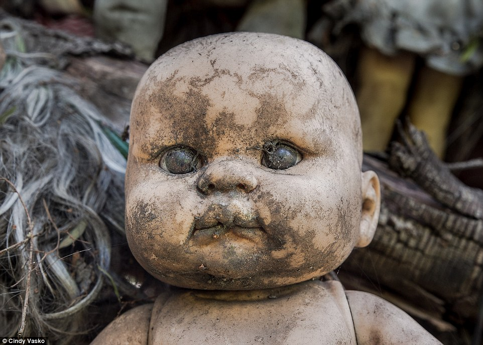 這個小島光是掛滿上千斷手斷腳的娃娃已經夠恐怖了,背後的往事更是讓人渾身發冷...