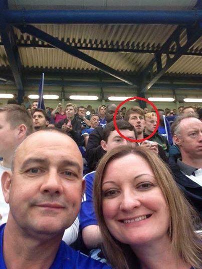 情侶在球賽當中自拍,但照片後方的男子卻讓一位媽媽的心臟差點停止