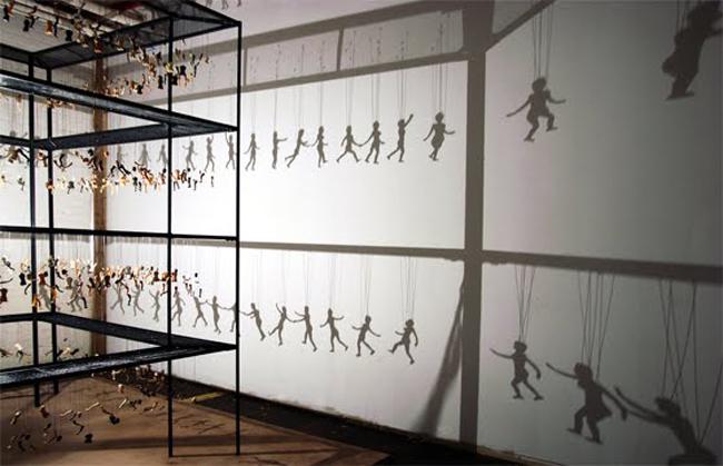 這個藝術作品乍看只是殘骸吊在空中,但等光打上去後就變成最兒童不宜的影子A片!