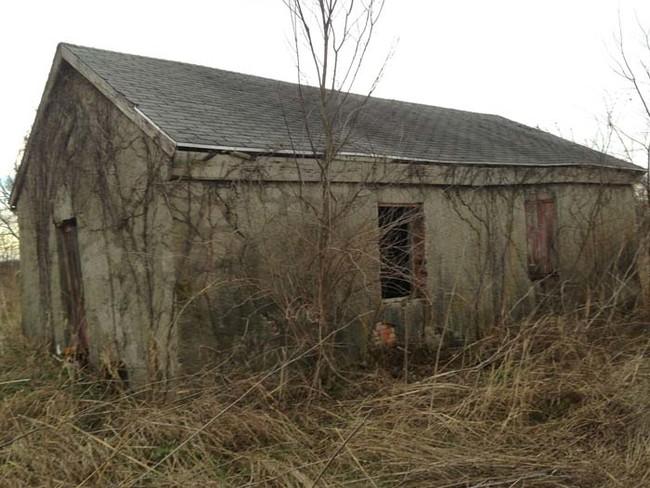 這名男子在溜狗時發現這間陰森的小屋,然後鼓起勇氣往破窗中望了進去...*超後悔*