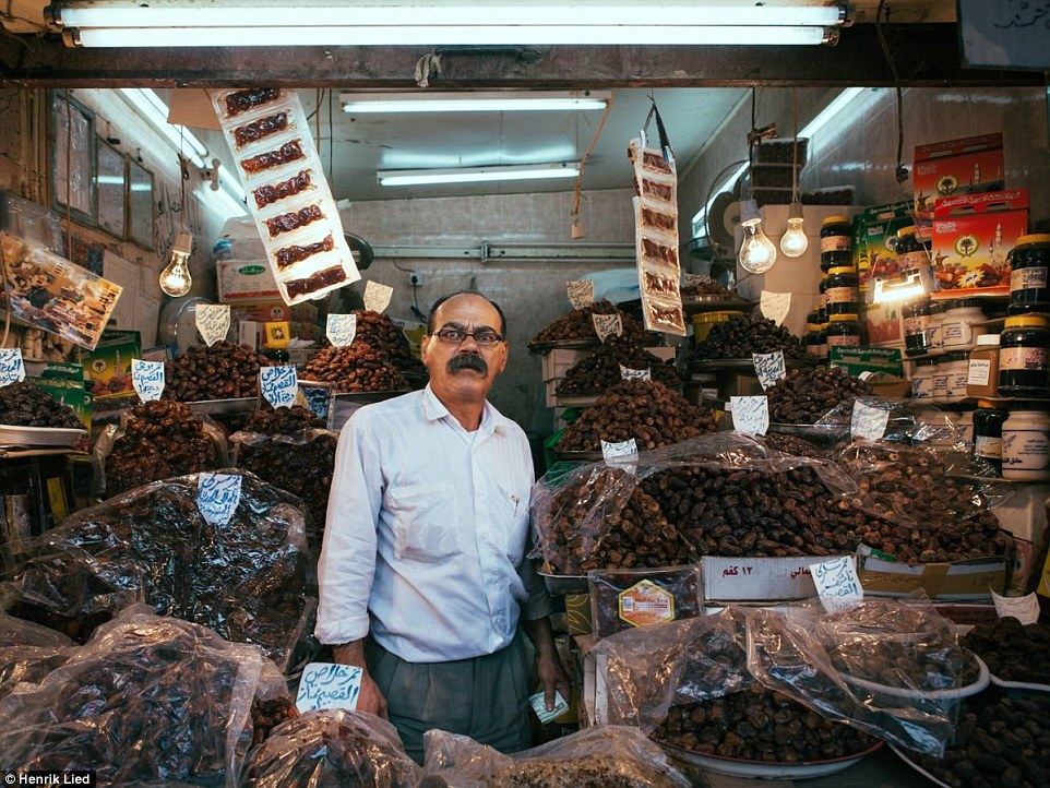 2B1E785700000578-3185929-A_man_in_Kuwait_selling_dried_fruits_and_other_sweets_from_a_sta-a-93_1438785631336
