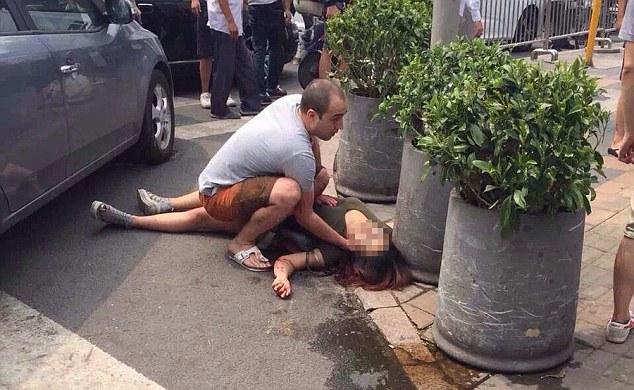 北京UNIQLO前面這個男子拿長劍砍完人後還在原處擺POSE拍照!