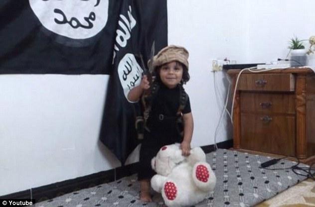 這個ISIS的3歲幼童「玩泰迪熊的方式」影片,可能會讓你覺得震驚到頭皮發麻...