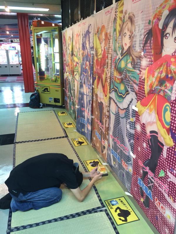 在日本商場中驚見這位跪拜獻禮的男子,而他膜拜的對象真的讓人眉頭緊皺...