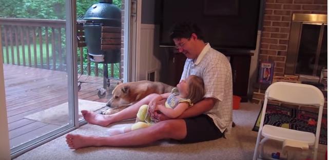 當父女開始「嗷嗚」叫的時候,這隻狗狗就忍無可忍直接示範教他們什麼才是正統的「嗷嗚」!