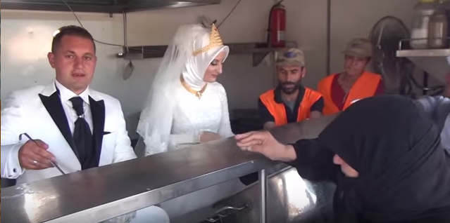 這對新婚夫妻違反傳統婚禮習俗,反而與4000難民一同共渡了史上最有愛的婚禮。
