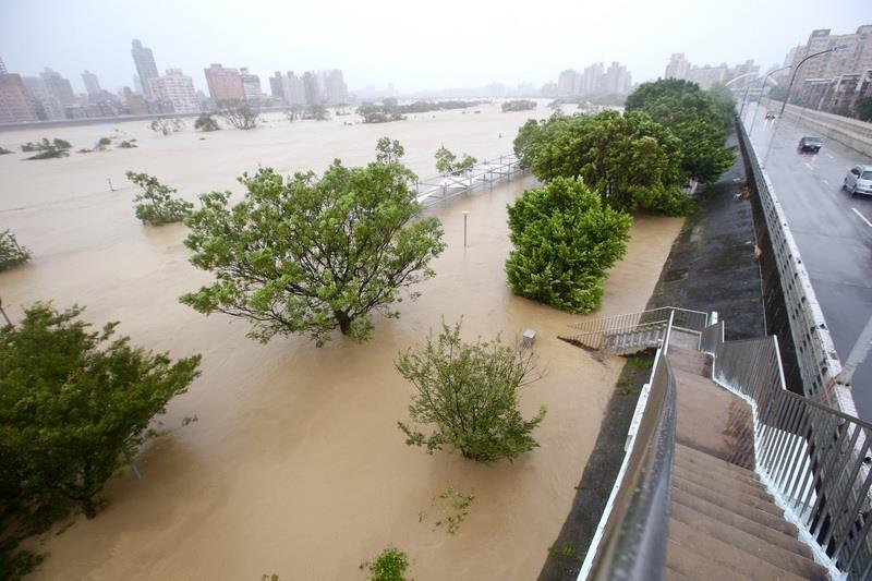 台北環河北路上的這些車當時並不知道,其實自己正開在世界上最危險的地方...