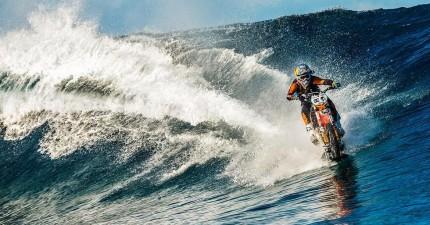 你看到的沒錯,這名車手正在海上奔馳!