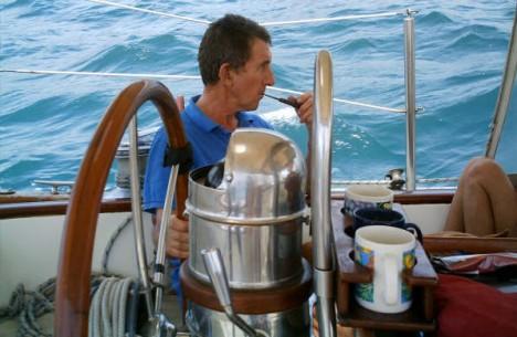 這對夫妻在航行時遭到海盜襲擊劫船,接著他家狗狗就縱身上前「以一打五」!