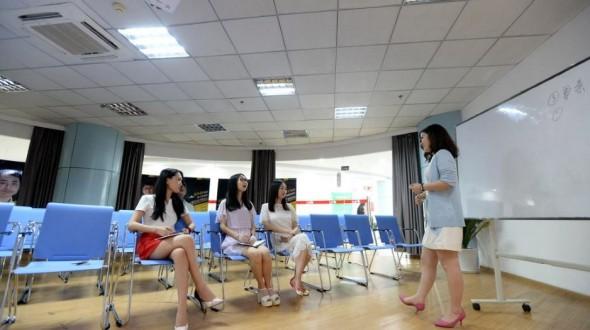 中國的科技公司為了提振男員工士氣,於是請來了「美女啦啦隊」讓大家一飛沖天。