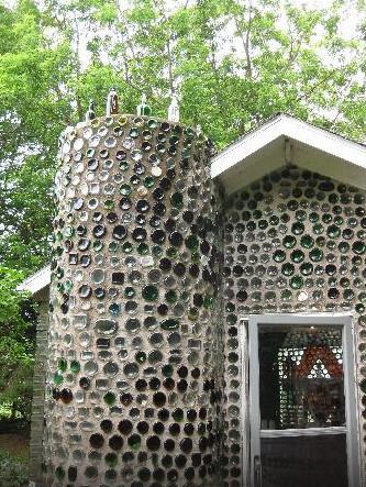你猜不到是什麼讓這棟小屋這麼特別...除非你走近一看。
