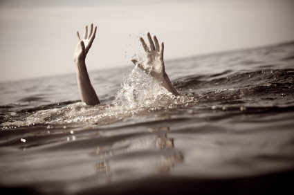 這個爸爸盡全力阻止救生員,寧願女兒活活溺死的理由會讓你白眼翻到後腦杓!