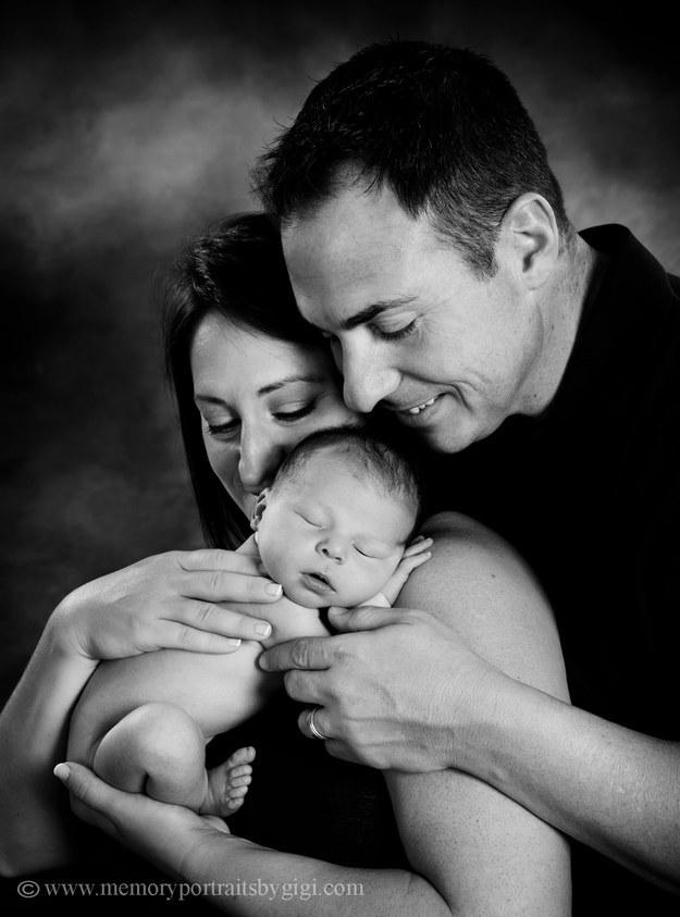 爸爸本來想要拍張很感人的照片,結果寶寶不配合,「噗」的一聲...