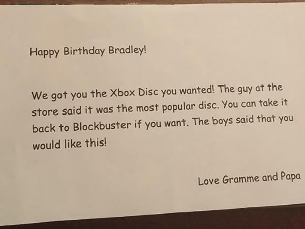 小男生收到祖父母的超老舊遊戲光碟禮物還以為他們還當他是小孩,結果打開來時才發現是被耍慘了!