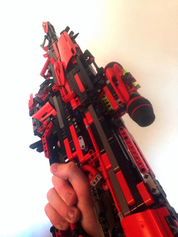 我一看到這個男生花了3.5年建造的樂高槍覺得很遜,但看到他裝上彈匣時...OMG!