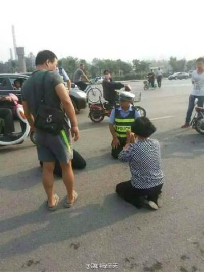 這對中國河北的母子不爽酒駕被抓,最後交通警察居然對他們下跪?!