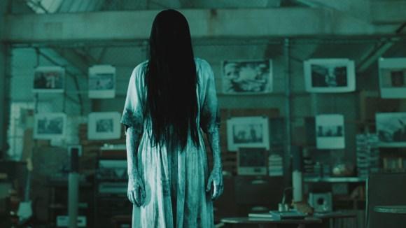 這2位女學生在學校廁所美美拍照,卻意外拍到黑暗角落跟貞子長得超像的幽靈!