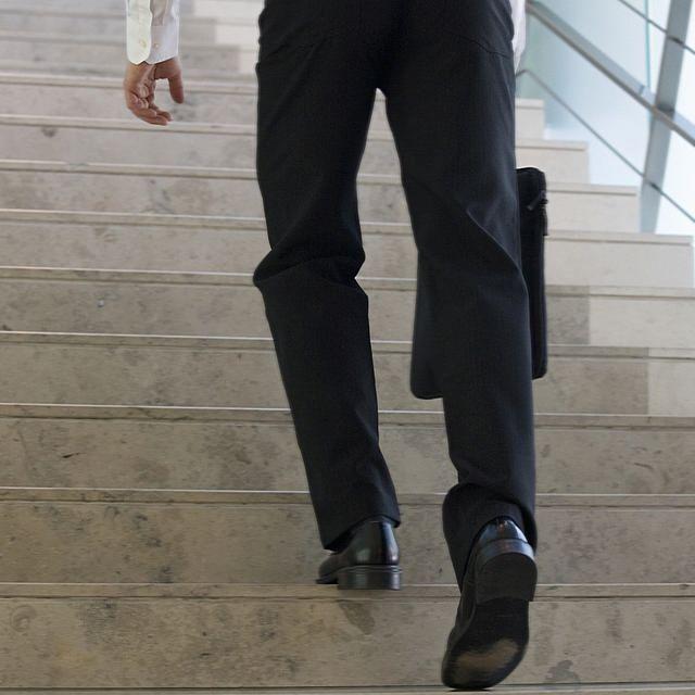 中國這台電梯好像中了邪,除了把一名男子困在裡面外,還像個火箭一樣衝破屋頂!