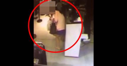 監視店清楚拍下一名正妹在服飾店微蹲,接著一條「不明物」就從裙底掉了出來。