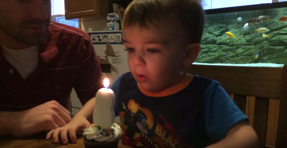 這個小男生不會吹氣怎麼樣都吹不熄蠟燭,但最後爸爸想到了最絕妙的方法幫他...